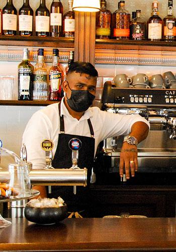 serveur Raspail café Paris
